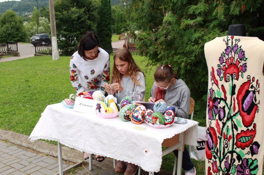 """Різьбяр, прядильник, ліжникар: у Косові для дітей провели """"майстерню етнопрофесій"""" 4"""