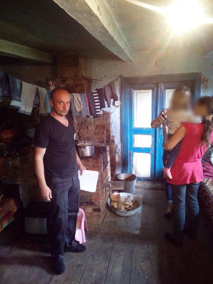Бруд, алкоголь і відсутність їжі: на Косівщині поліція оштрафувала горе-матір 8