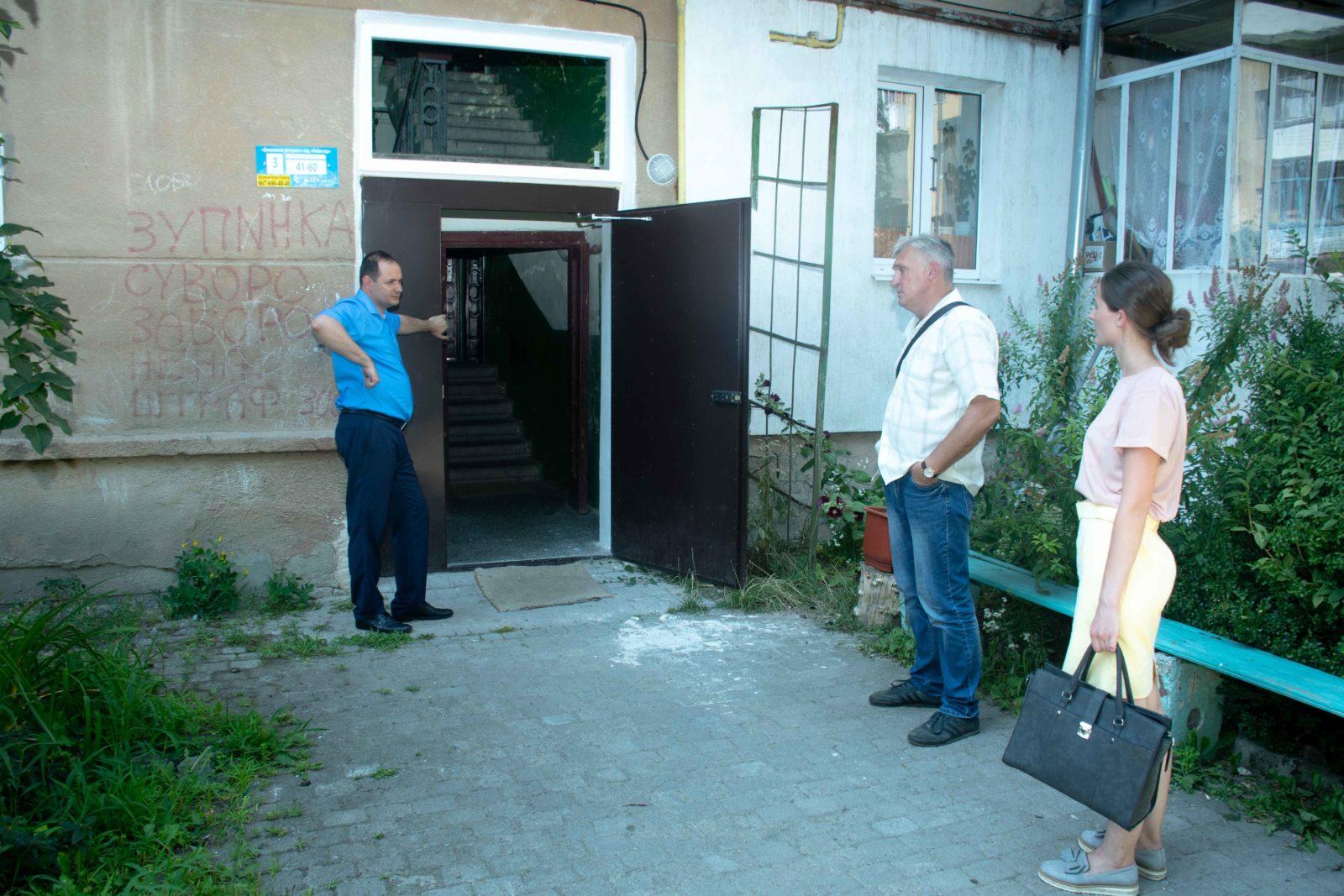 У трьох багатоквартирних будинках у Франківську замінюють вікна за програмою співфінансування 14