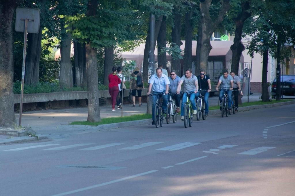 """""""Чорна п'ятниця"""": працівники мерії на велосипедах проінспектували міське озеро 3"""