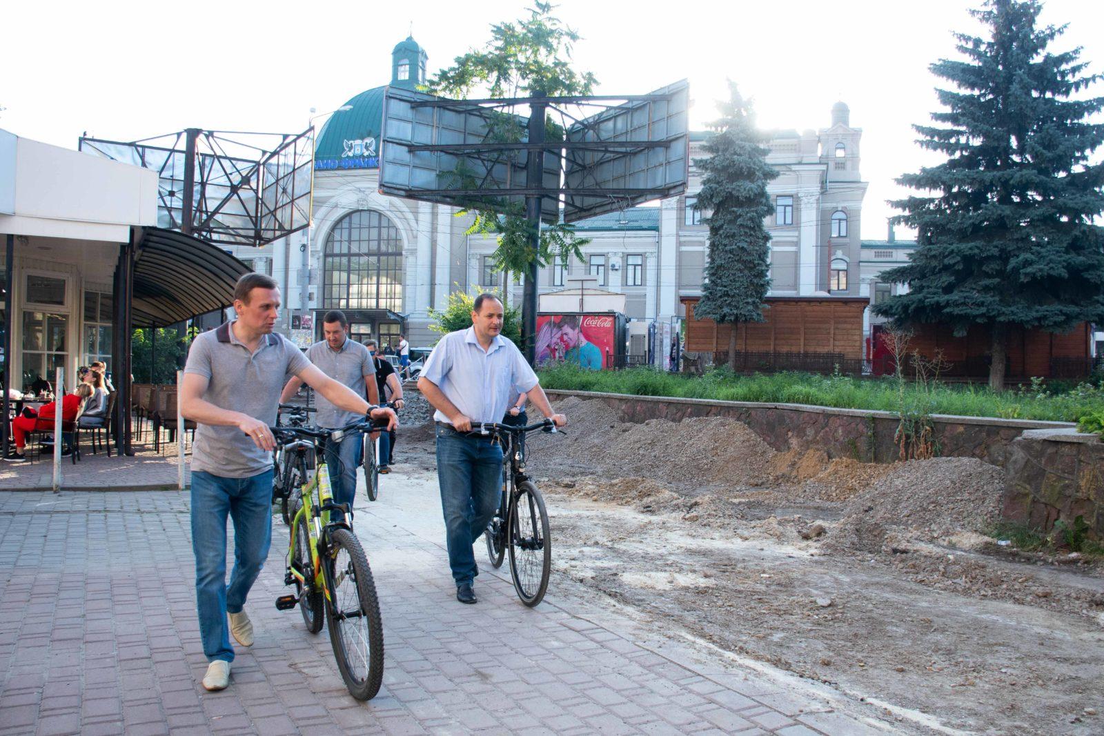 """""""Чорна п'ятниця"""": працівники мерії на велосипедах проінспектували міське озеро 8"""