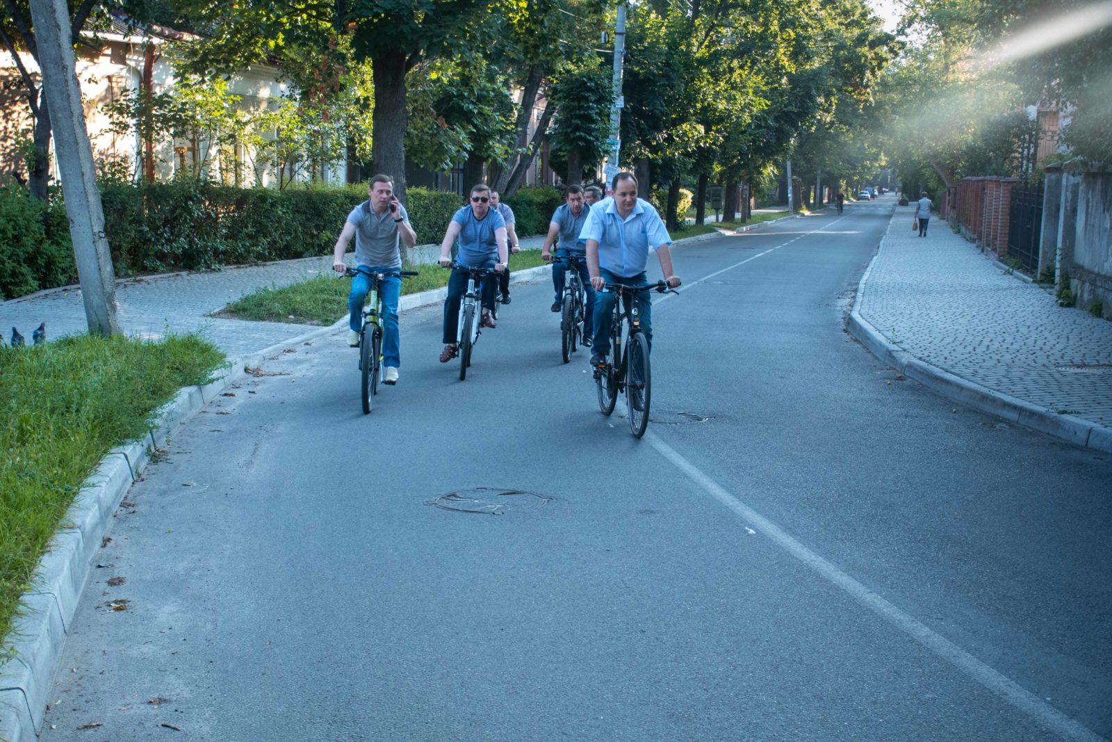"""""""Чорна п'ятниця"""": працівники мерії на велосипедах проінспектували міське озеро 12"""