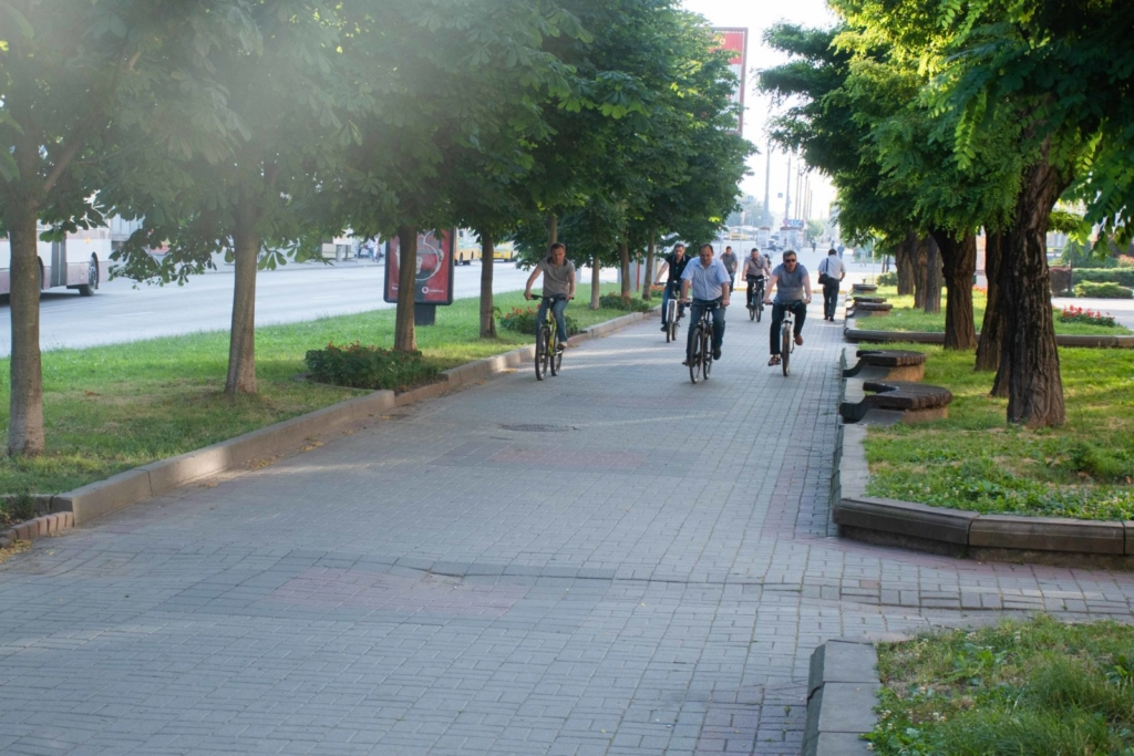 """""""Чорна п'ятниця"""": працівники мерії на велосипедах проінспектували міське озеро 7"""