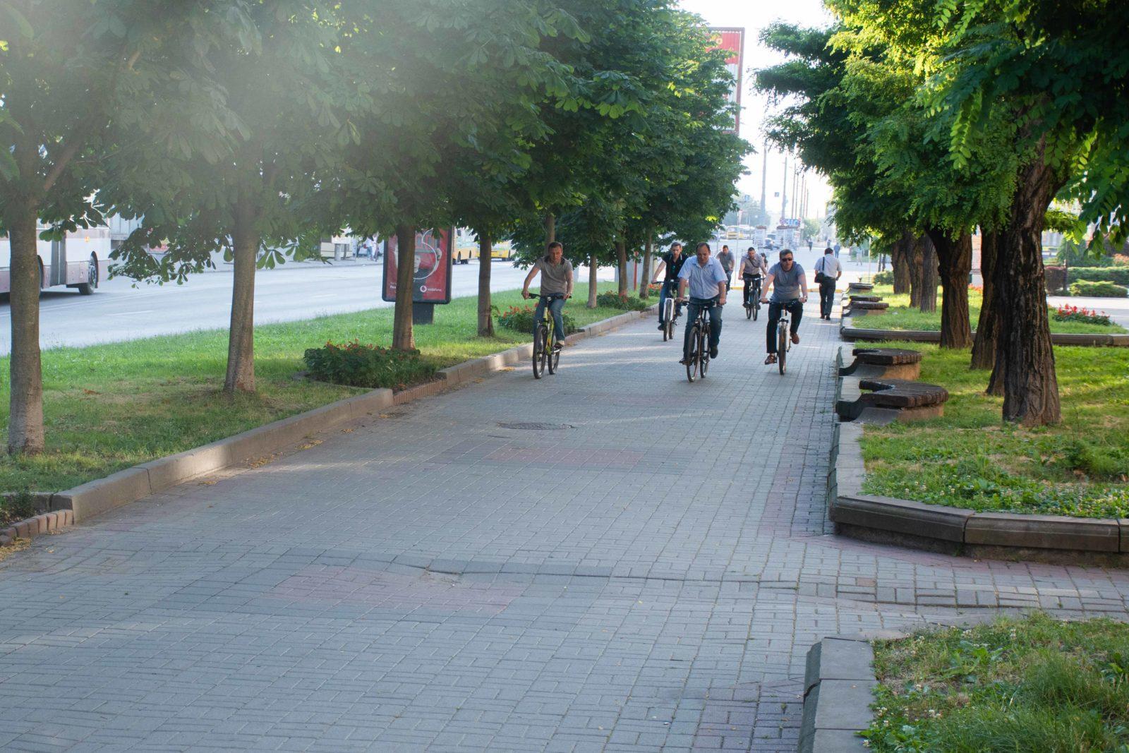 """""""Чорна п'ятниця"""": працівники мерії на велосипедах проінспектували міське озеро 14"""