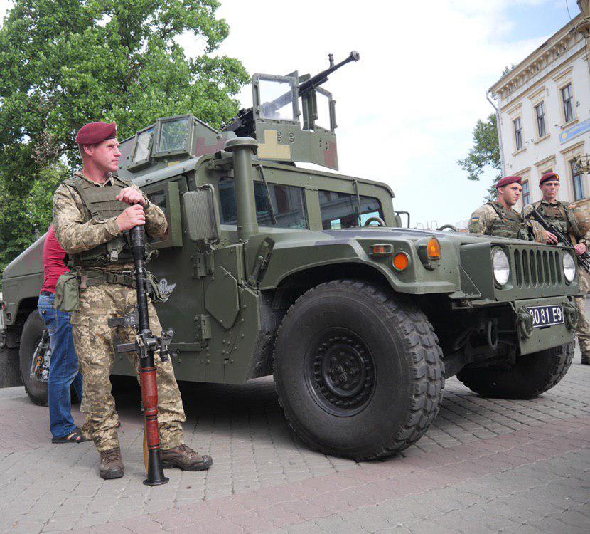 У Франківську на Вічевий майдан пригнали «Хамві» з кулеметом – запрошують на контрактну службу 1