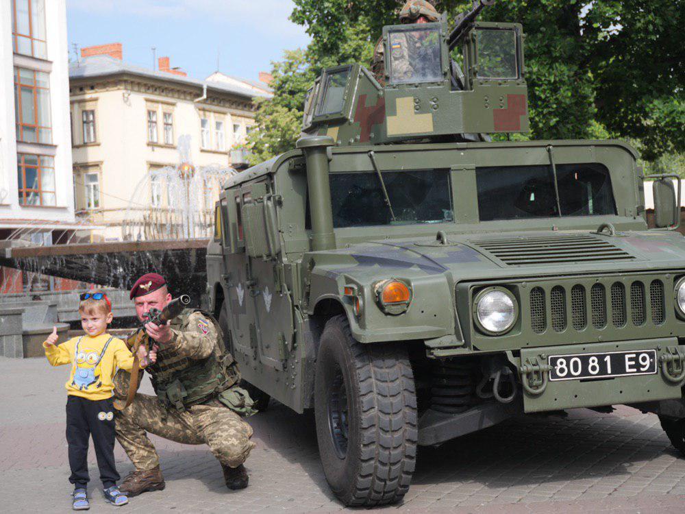 У Франківську на Вічевий майдан пригнали «Хамві» з кулеметом – запрошують на контрактну службу 3