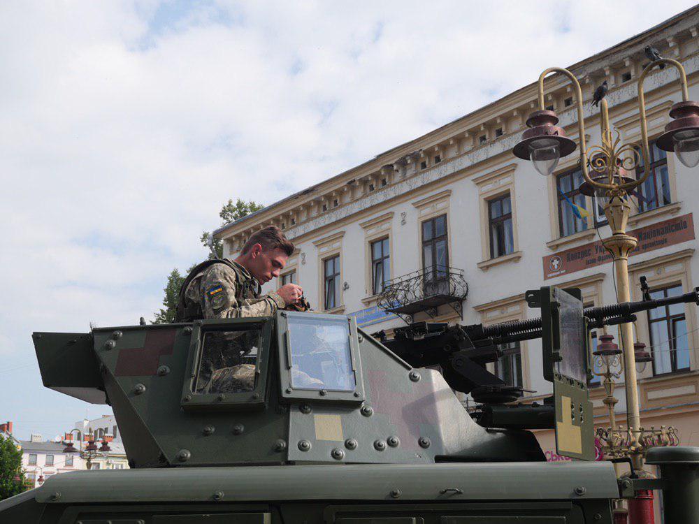 У Франківську на Вічевий майдан пригнали «Хамві» з кулеметом – запрошують на контрактну службу 6