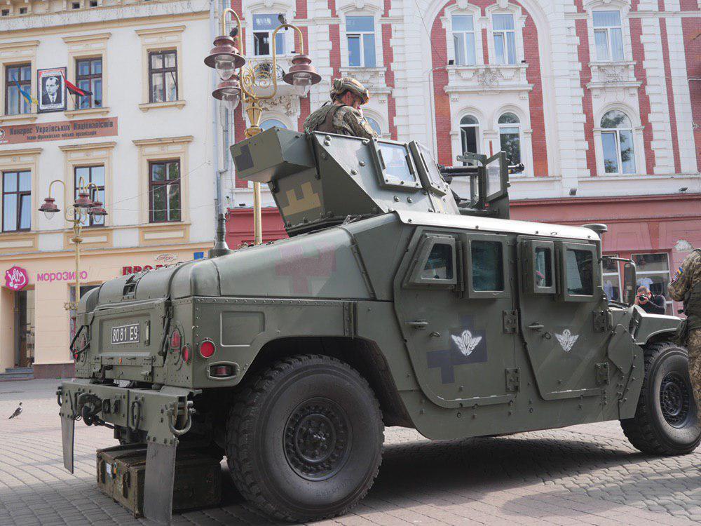 У Франківську на Вічевий майдан пригнали «Хамві» з кулеметом – запрошують на контрактну службу 7