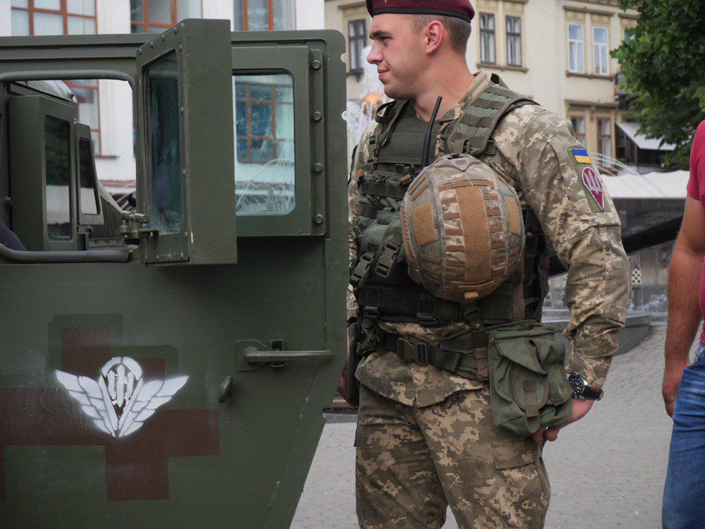 У Франківську на Вічевий майдан пригнали «Хамві» з кулеметом – запрошують на контрактну службу 5