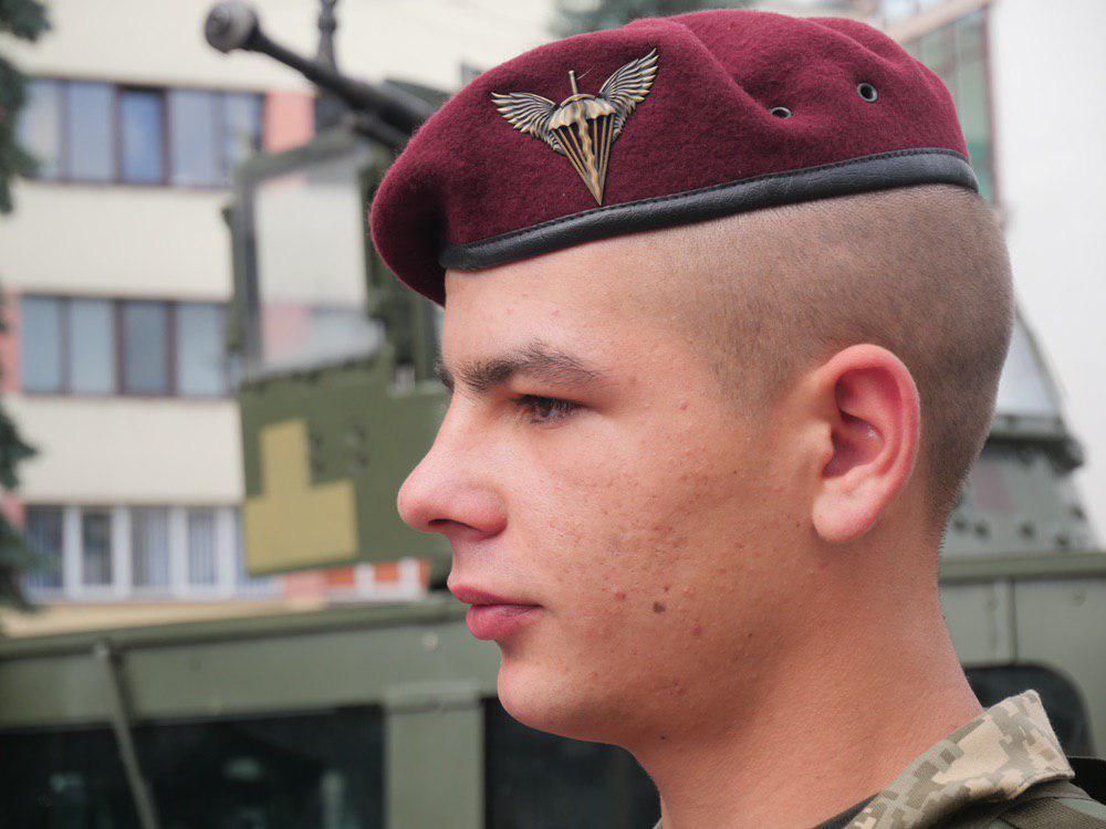 У Франківську на Вічевий майдан пригнали «Хамві» з кулеметом – запрошують на контрактну службу 8