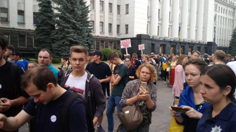 """Під офісом Зеленського виставили """"червоні лінії"""" 3"""