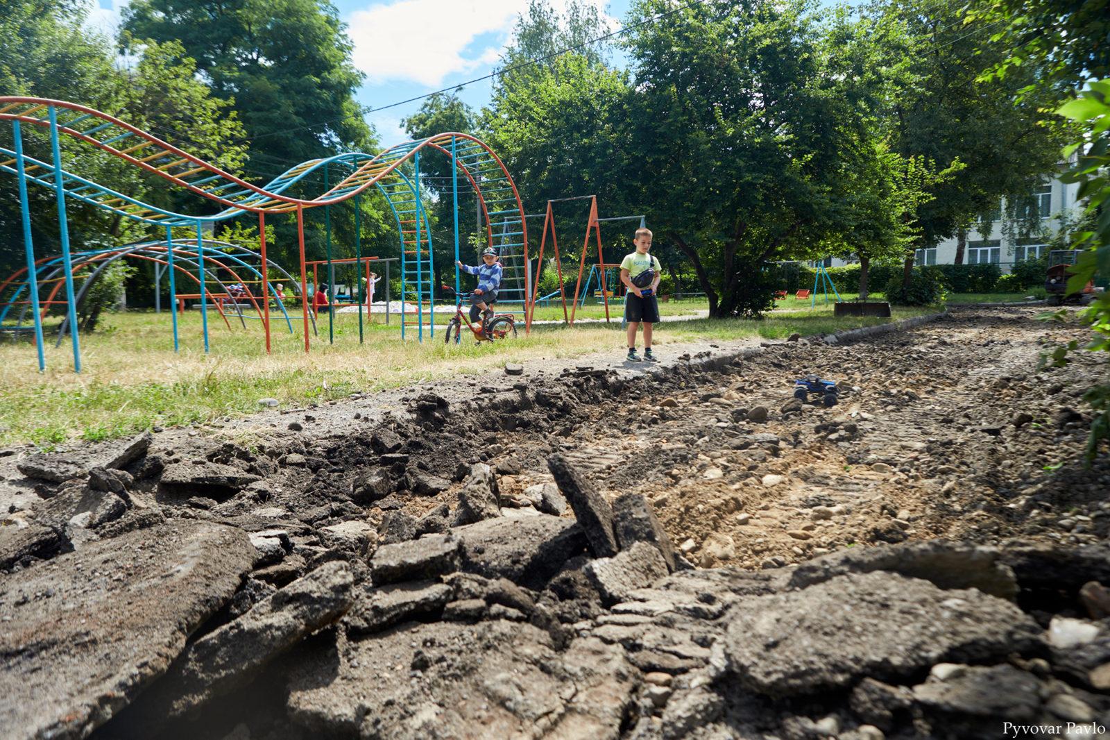 У Франківську розпочали довгоочікуваний ремонт двору на Набережній 8