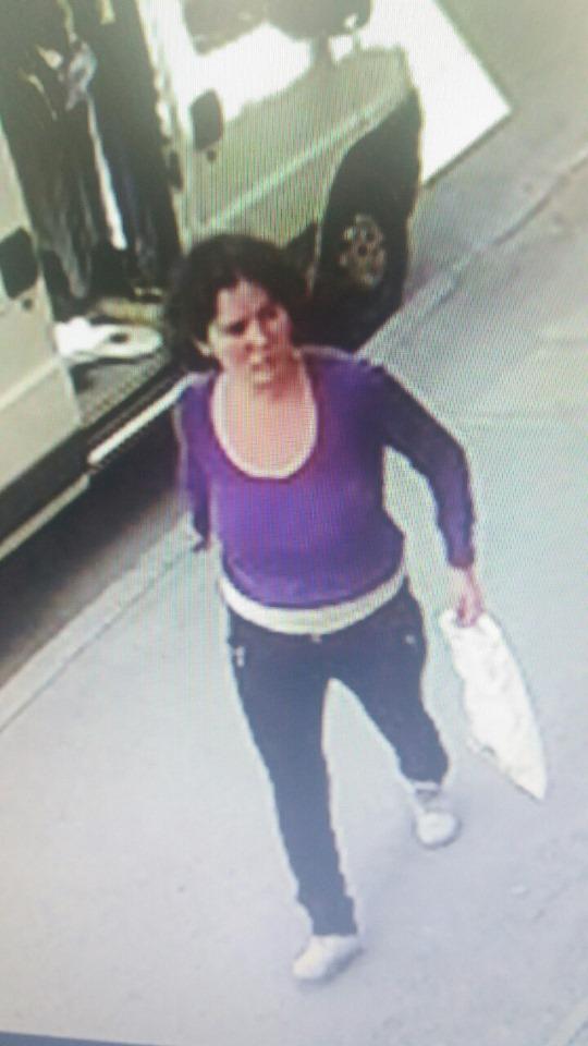 У Коломиї жінки викрали дитячий візок: поліція просить впізнати підозрюваних 1