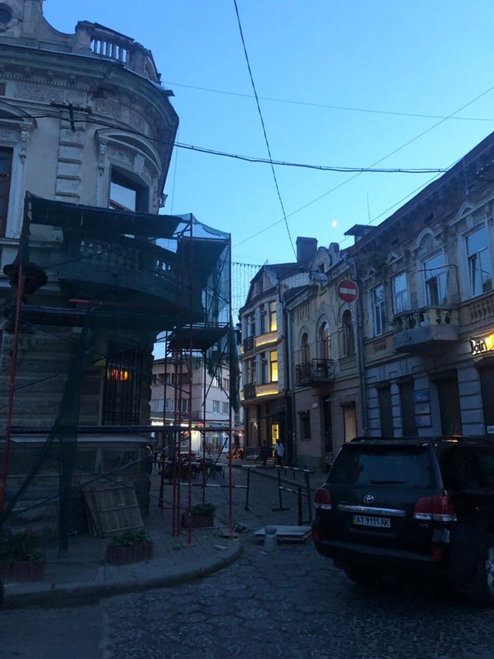 У старій кам'яниці на Вірменській реставрують балкон 1