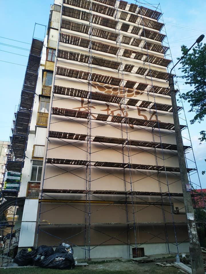 На найбільшому будинку Івано-Франківська малюють мурал 1