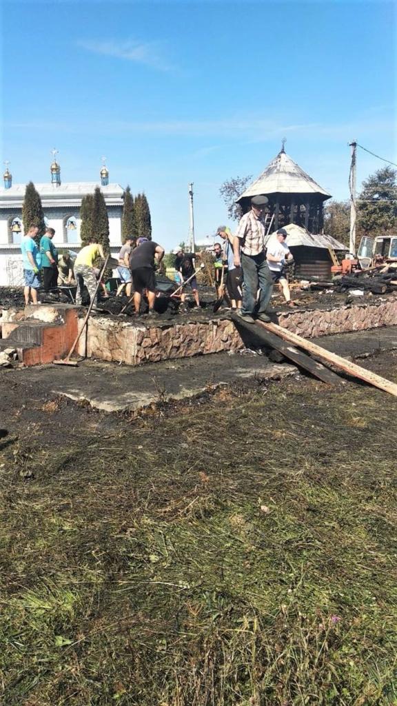 У Новоселиці, де згоріла церква, знайшли вцілілою лише стару ритуальну чашу 1