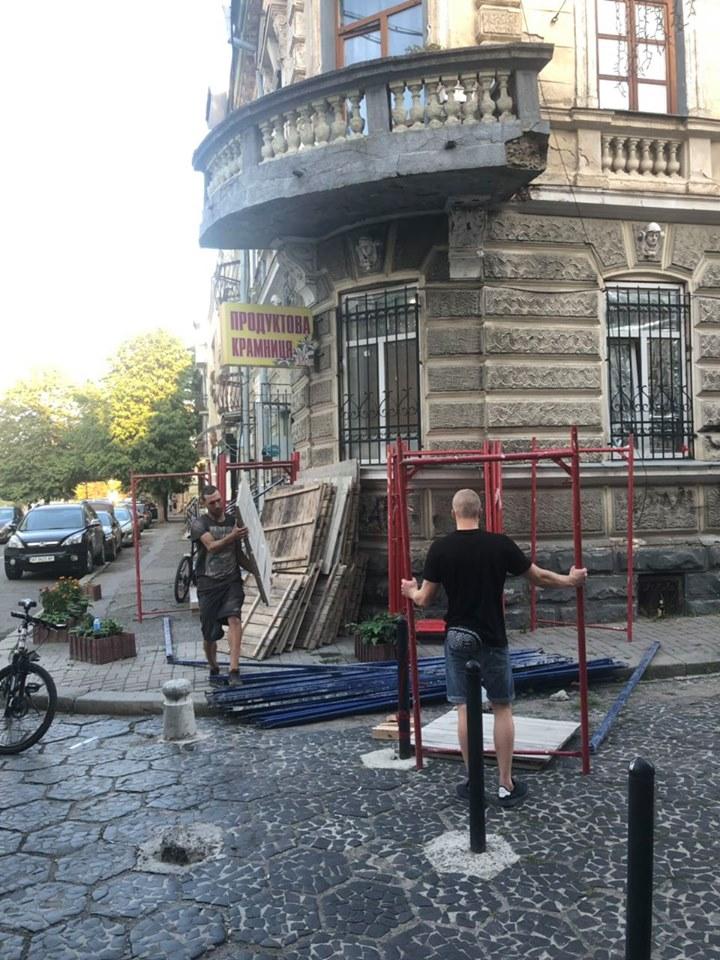 У старій кам'яниці на Вірменській реставрують балкон 2