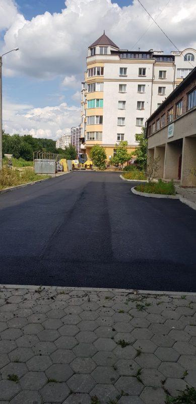 В Івано-Франківську закінчують ремонт прибудинкової території, який почали три роки тому 1