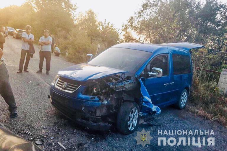 """На Франківщині """"Volkswagen"""" вилетів на зустрічну смугу – травмовані шість людей 2"""
