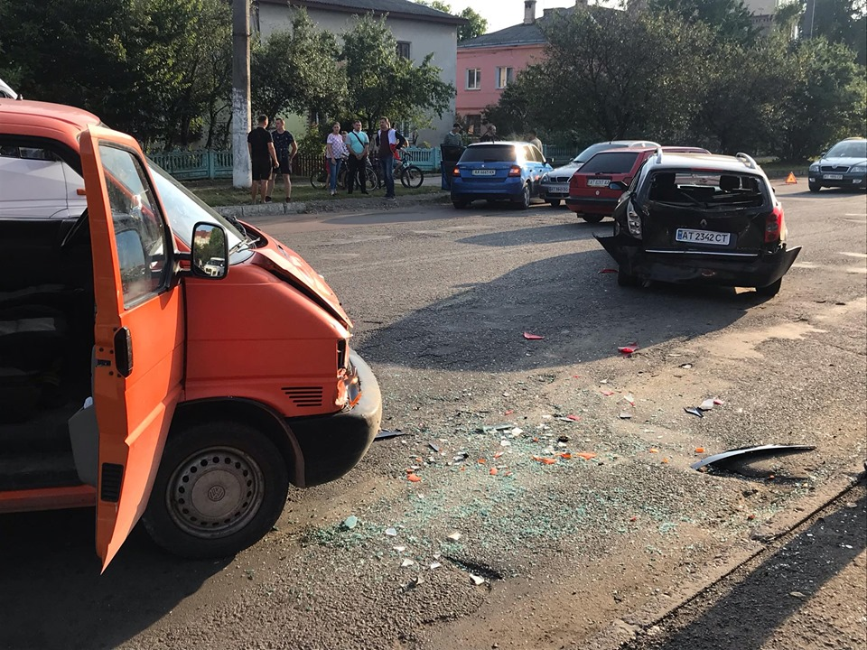 В аварії у Тисмениці зіштовхнулися 4 машини 8