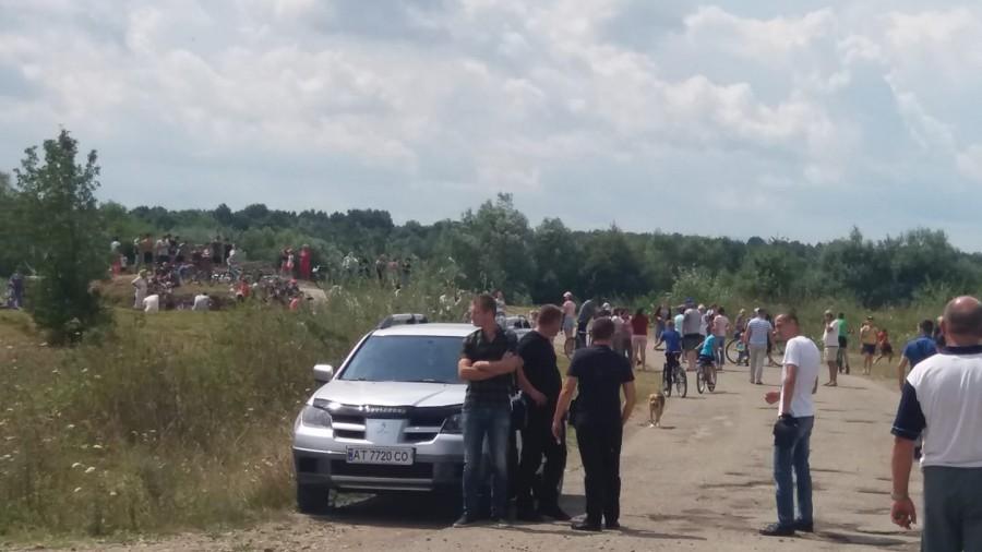 Ціна питання 20 млн: біля зруйнованого мосту у Довгому-Калуському чекають на президента 2