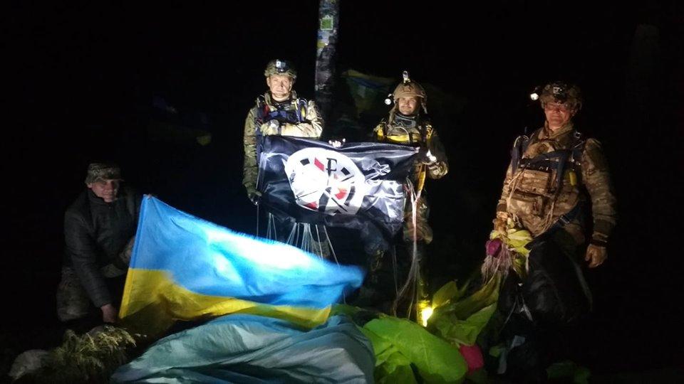 Із салом в кишенях: вночі троє атовців стрибнули з парашутами на Говерлу 1