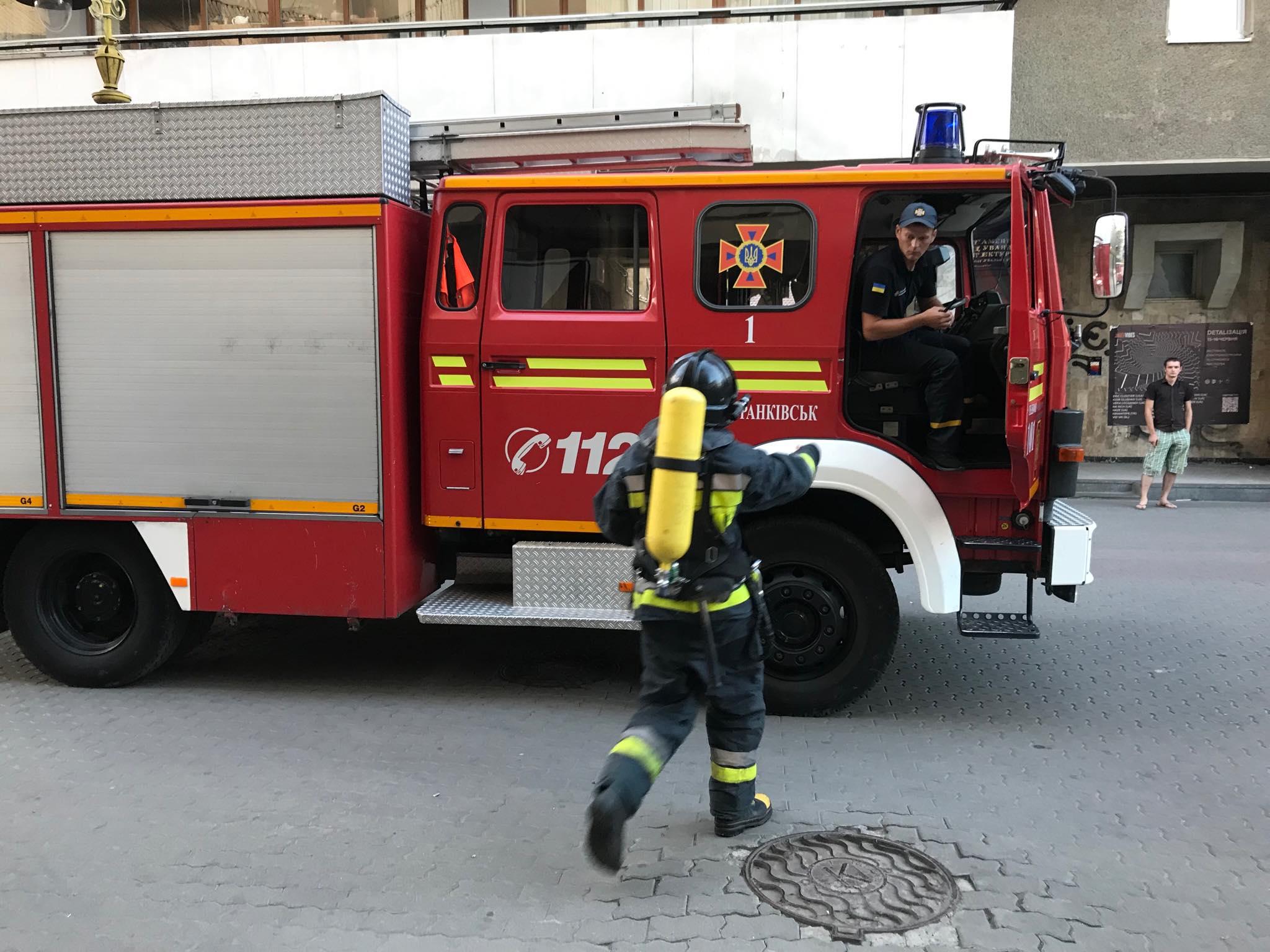 """На """"стометрівці"""" пожежа в історичній камениці – прибули 4 пожежні машини 2"""