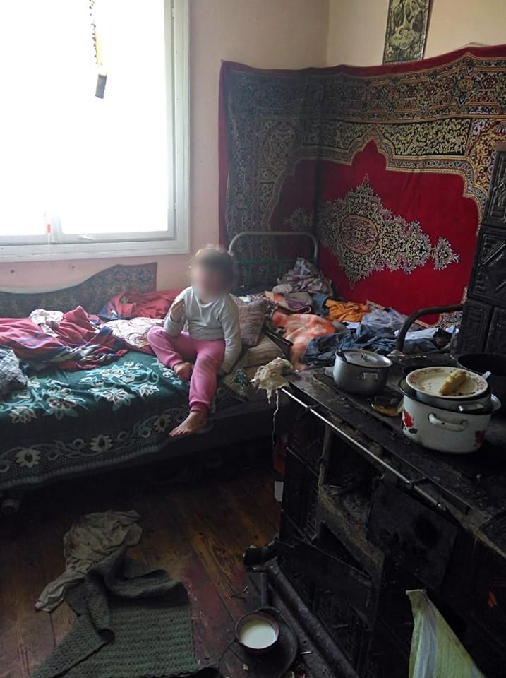 Голодна і брудна: на Прикарпатті мати занедбала п'ятирічну доньку 2