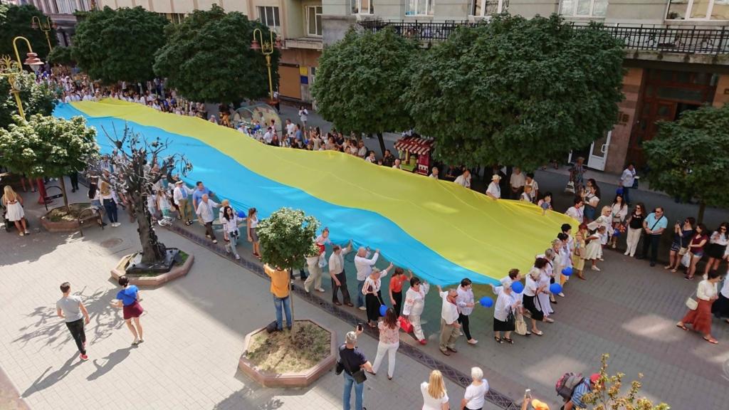 У вишиванках, з бричкою і з 10-метровим прапором:  святкова хода пройшла Франківськом 2