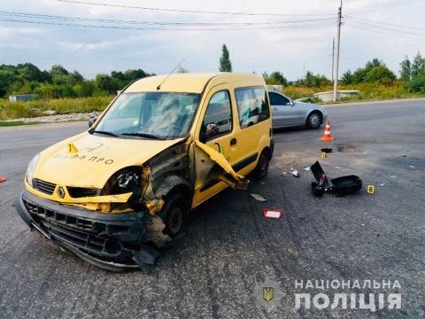 """На Франківщині """"Renault Kangoo"""" врізався в мотоцикл – потерпілий в лікарні 2"""
