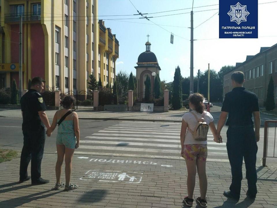 Поліцейські нанесли попереджувальні знаки на тротуарі перед переходами біля шкіл 1