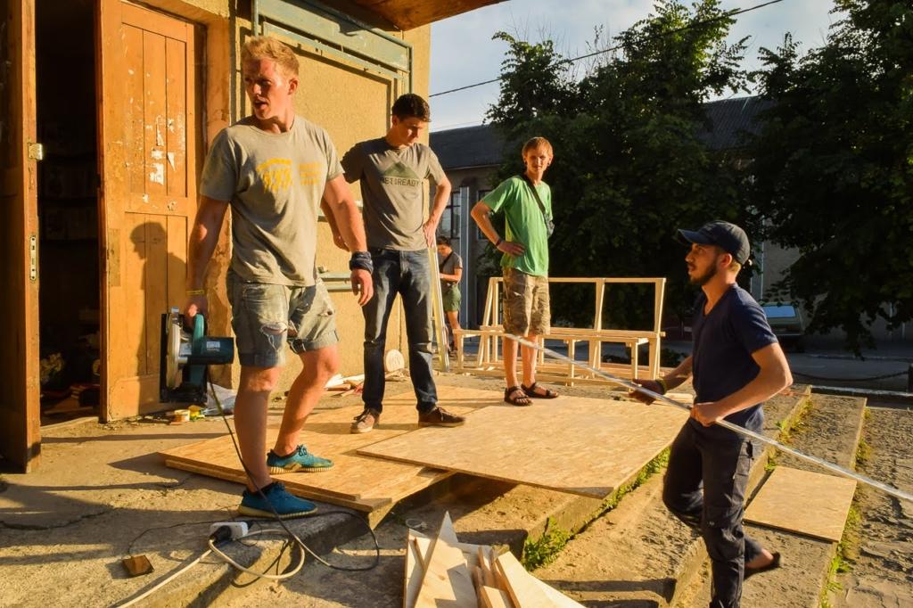 У Надвірній волонтери ремонтують оселі та перетворюють бібліотеку на сучасний громадський простір 1