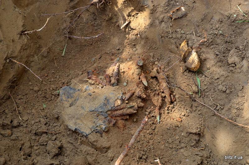 Посеред городу на Долинщині викопали останки вояка часів Другої світової війни 8