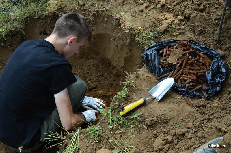 Посеред городу на Долинщині викопали останки вояка часів Другої світової війни 12
