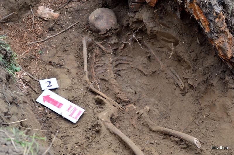 Посеред городу на Долинщині викопали останки вояка часів Другої світової війни 18