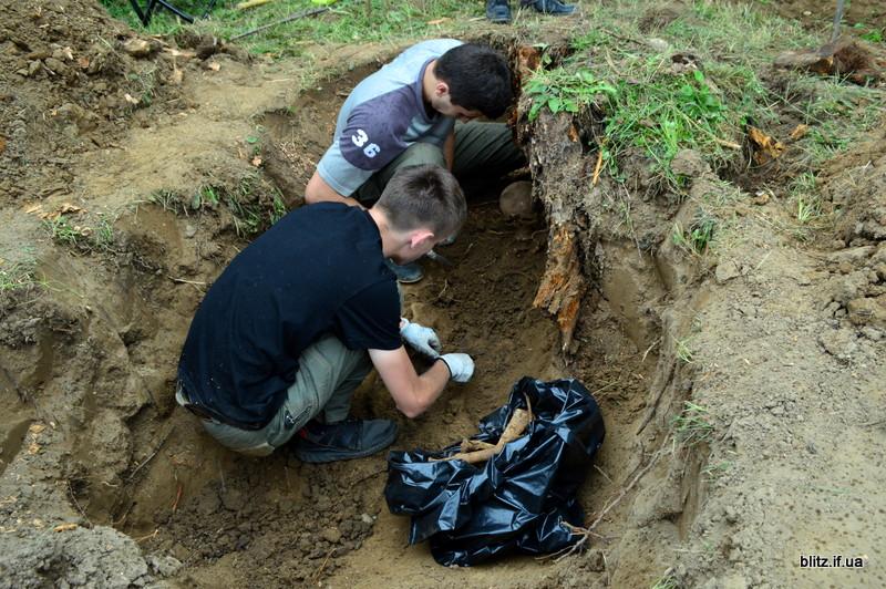 Посеред городу на Долинщині викопали останки вояка часів Другої світової війни 22