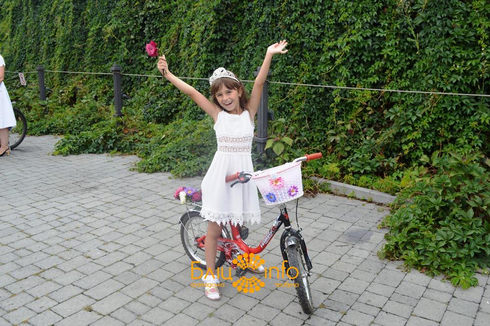 """У Франківську пройшов дев'ятий """"білосніжний"""" дівочий велопарад 16"""