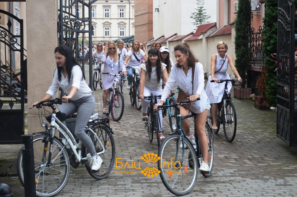 """У Франківську пройшов дев'ятий """"білосніжний"""" дівочий велопарад 22"""