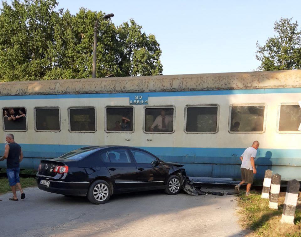 На Прикарпатті ДТП: Volkswagen врізався у потяг 1