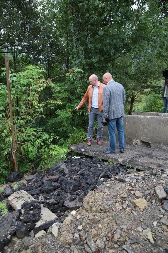 """""""Потрібна окрема стрічка у держбюджеті"""": Шмигаль інспектував дороги і мости на Верховинщині 10"""