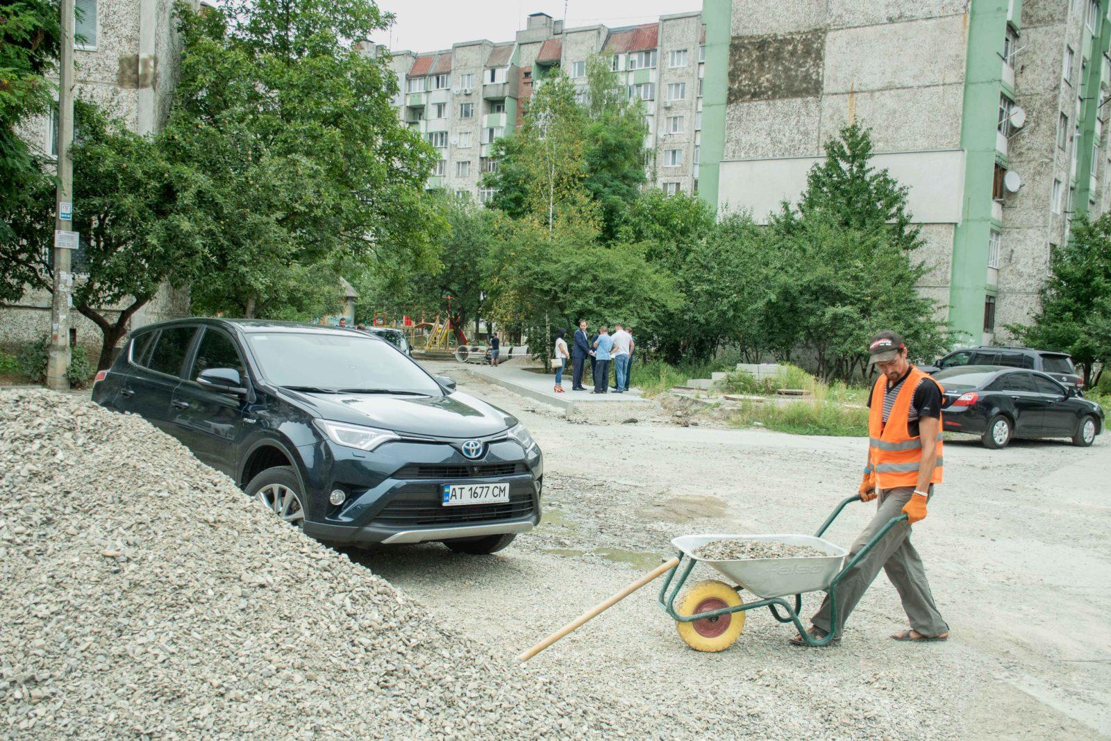 У дворі на Симоненка-Миколайчука почали ремонтувати двір 1