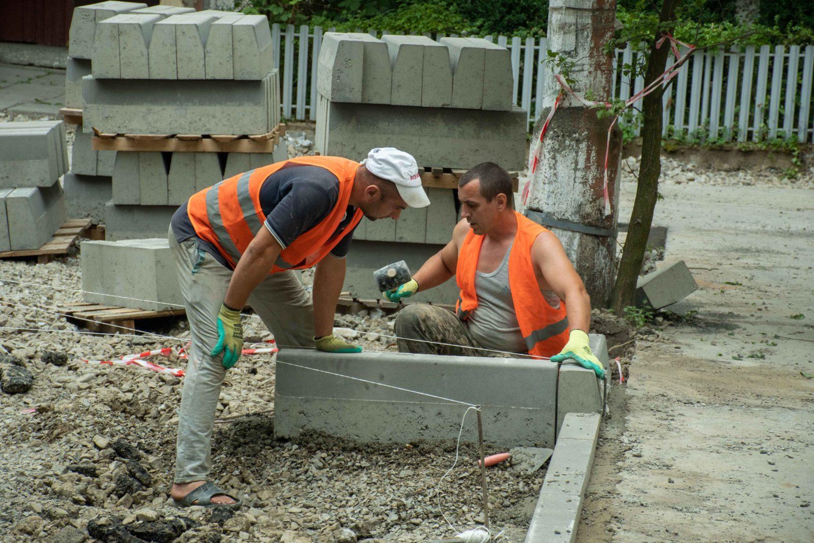 У дворі на Симоненка-Миколайчука почали ремонтувати двір 4