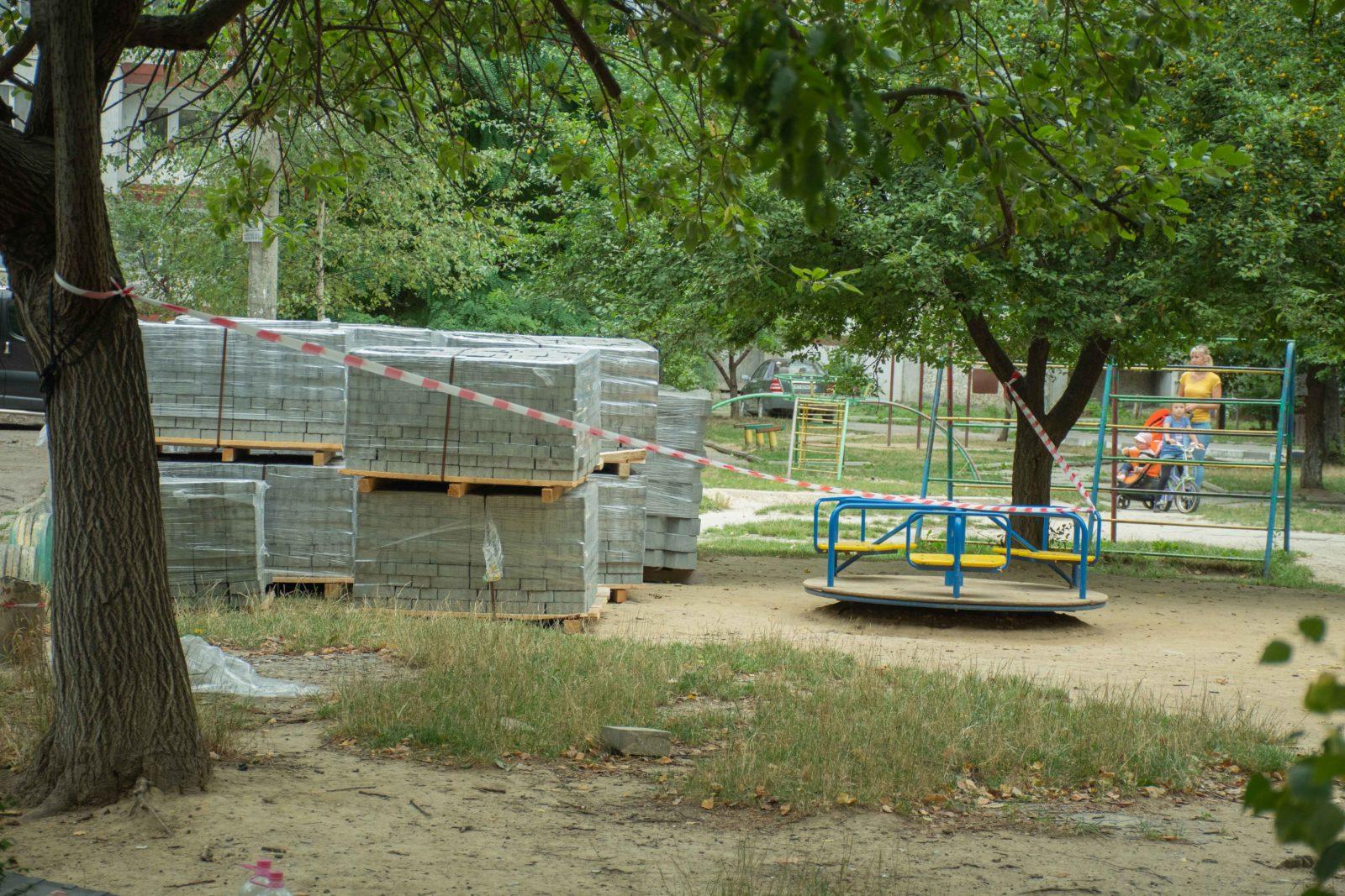 У дворі на Симоненка-Миколайчука почали ремонтувати двір 5