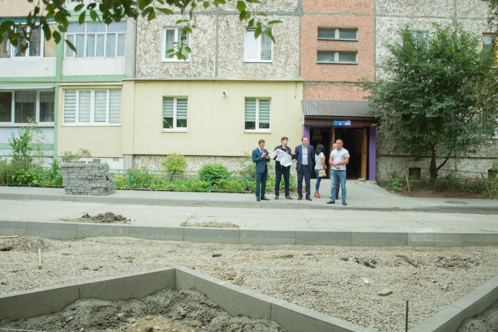 У дворі на Симоненка-Миколайчука почали ремонтувати двір 12