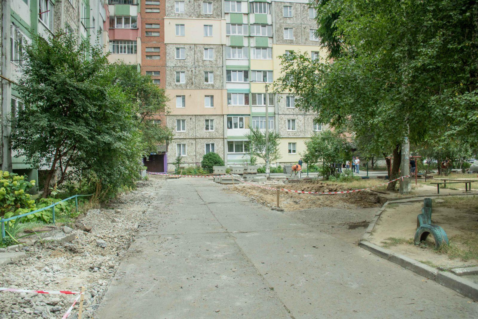 У дворі на Симоненка-Миколайчука почали ремонтувати двір 14