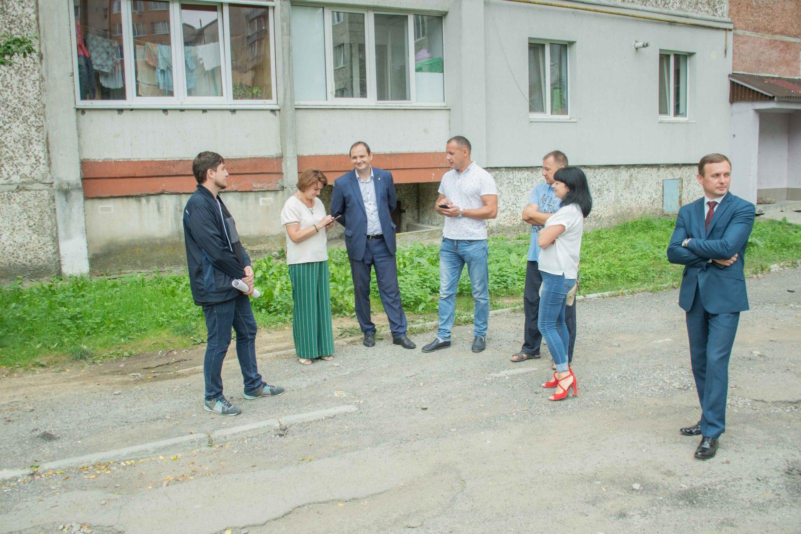 У дворі на Симоненка-Миколайчука почали ремонтувати двір 10