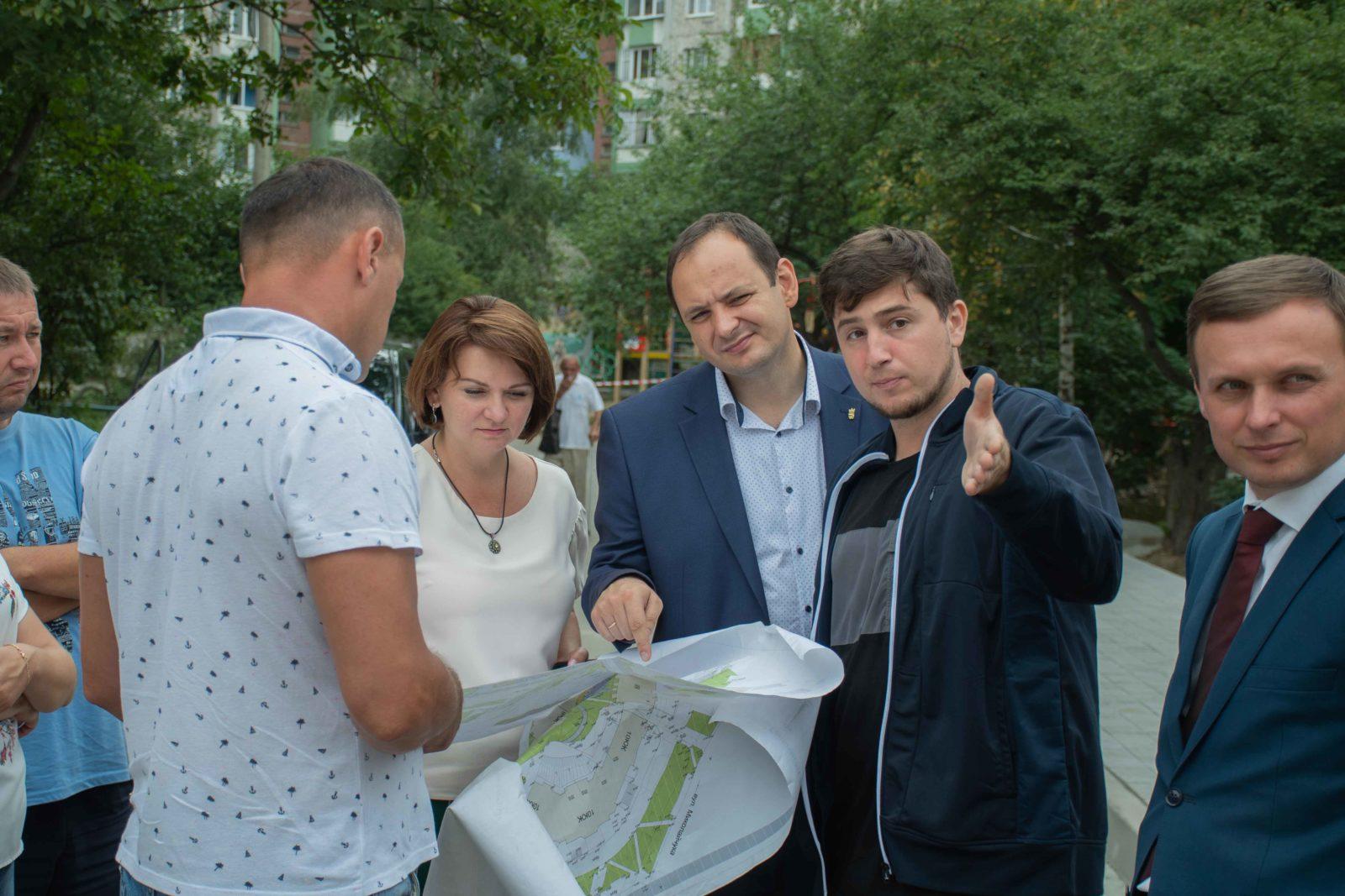 У дворі на Симоненка-Миколайчука почали ремонтувати двір 22