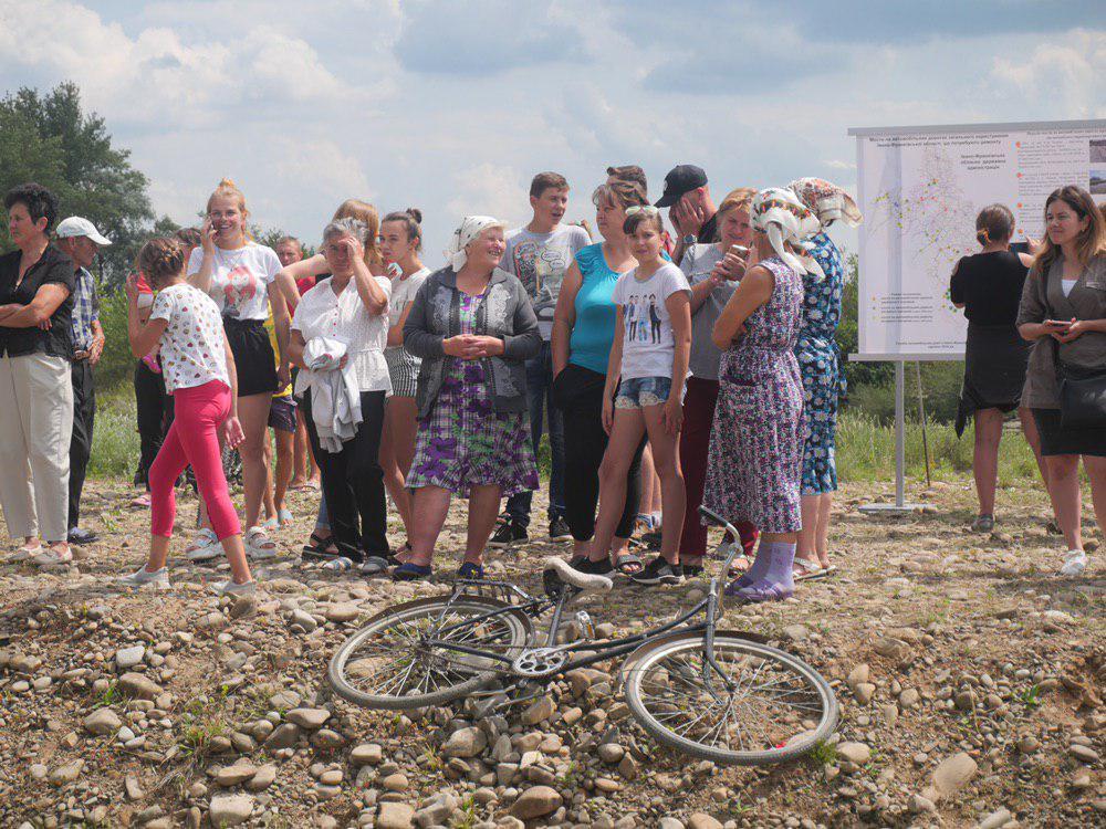 На Калущині тисяча людей зустріли Зеленського на аварійному мості 14