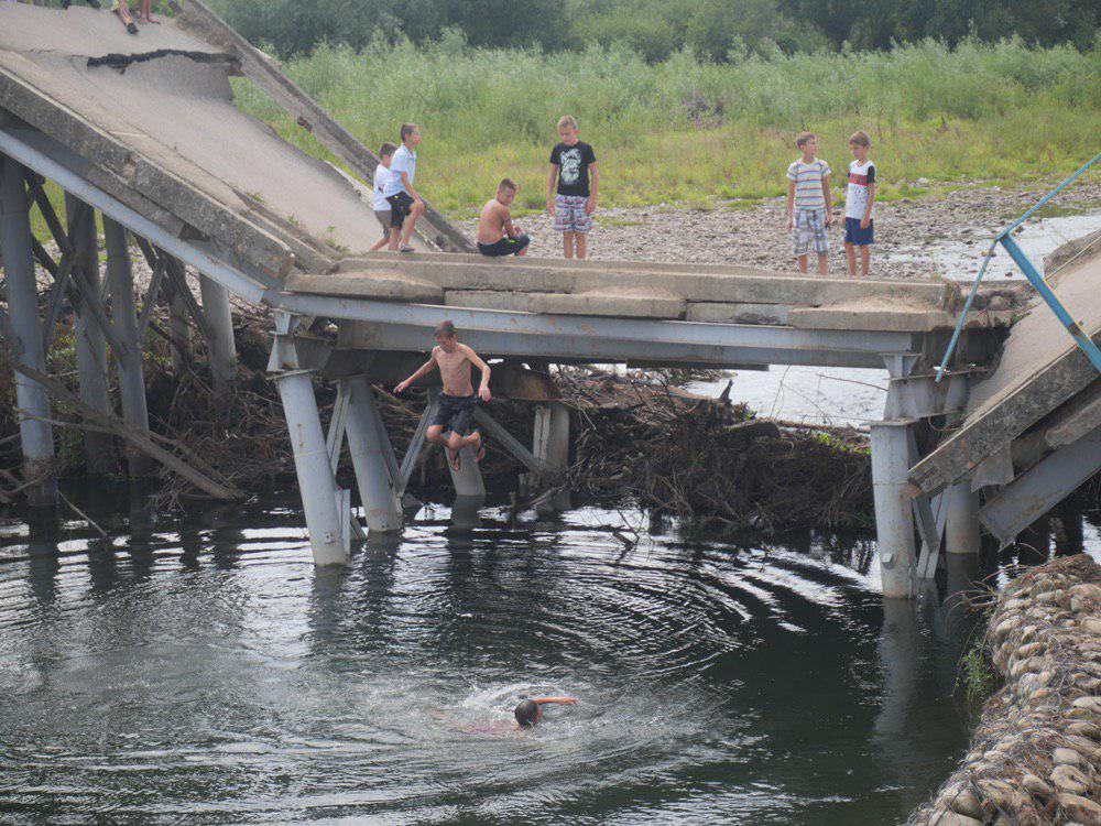 На Калущині тисяча людей зустріли Зеленського на аварійному мості 8