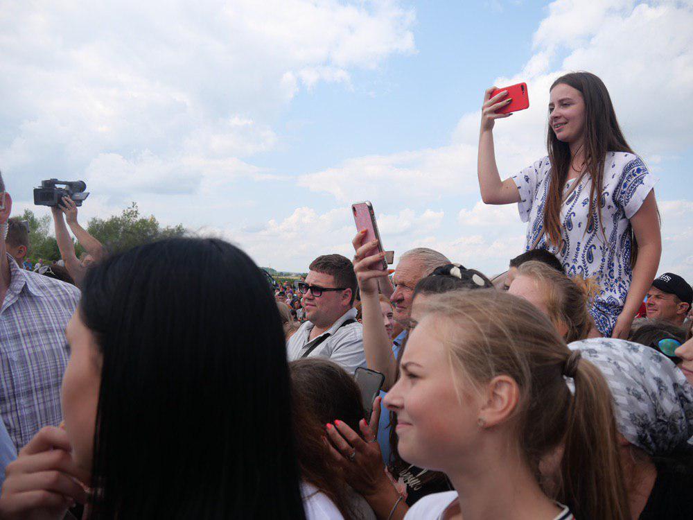 На Калущині тисяча людей зустріли Зеленського на аварійному мості 20